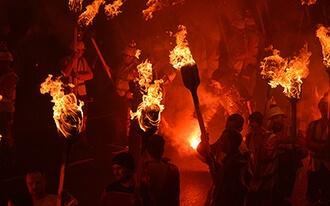 פסטיבל האש הויקינגי בסקוטלנד - Up Helly Aa Scotland